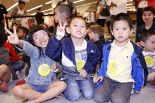 Children holding up peace sign